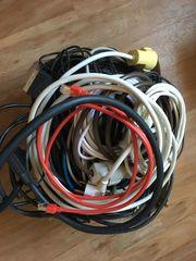 Karton voll mit diversen Kabeln