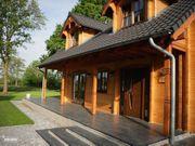 Schöne Holzvilla in waldreicher Umgebung