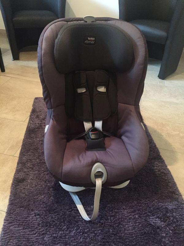 """Kindersitz Britax Römer King ATS II - Langen - Wir verkaufen einen gut erhaltenen Kindersitz von Römer für Kinder von 9-18 kg. Der waschbare Sitzbezug ist in der Farbe """"stone grey"""".Der Kindersitz ist mit der ATS Technology ausgestattet, die dank eines Gurt-Sicherungssystems mit Licht und To - Langen"""