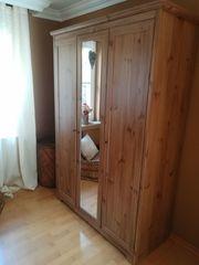 Kleiderschrank dreitürig mit Spiegel zu