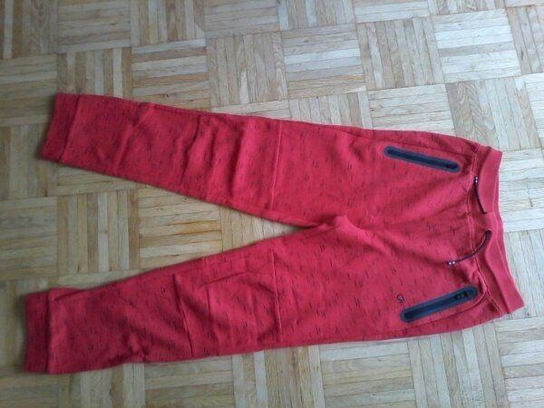 GAP Trackpants 'wie neu' gr 164 - Haar - GAP Trackpants, nagelneu, nie getragen. Die Hose ist rot, mit etwas schwarz abgesetzt, eher für Jungs, Gr. 164 in GAP Größe Kinder XL.10 inklusive Versand - Haar