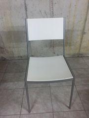 4 weiße Stühle