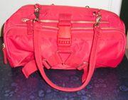 rote Handtasche von