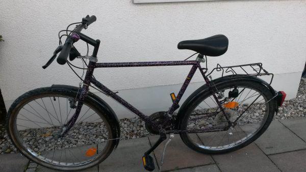 """Herren Trecking Fahrrad """"La Strada"""" - München - Fahrrad mit Gebrauchsspuren und etwas Rostansatz, aber fahrbereit, Beleuchtung funktioniert. Dem Fahrrad sieht man zwar seinen Gebrauch an, aber es läuft noch einwandfrei. Der Mantel am Hinterreifen ist relativ neu, auch der Sattel ist einwand - München"""