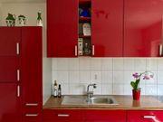 dunkelrote Hochglanz-Küchenzeile