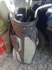 2 Golftaschen mit Schlägern
