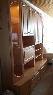Wohnwand mit Beleutung und Sideboard
