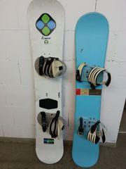 Zwei Snowboards mit Zubehör