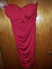 Rotes anliegendes Kleid.