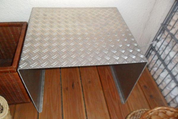 Tisch/Hocker aus Riffelblech, B 58 xT 52 x H 45 cm - Bühl - wetterfest-Eichendorffstraße - Bühl