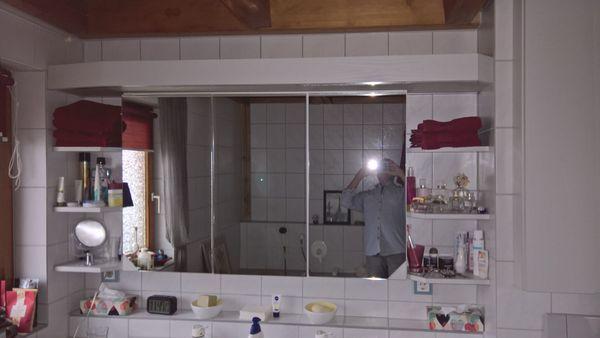 Badschrank und Waschtisch mit Unterschrank -