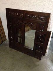 Spiegel mit Holztüren