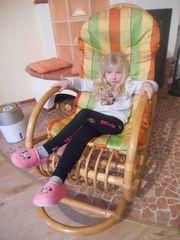 Schaukelstuhl aus Rattan mit Sitzauflage