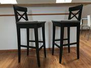 zwei Barstühle mit