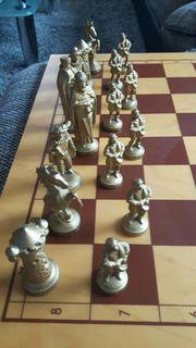 Schachspiel mit Metallfiguren