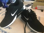 Laufschuhe Nike schwarz weiß neuwertig
