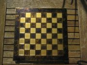 Schachbrett mit Bronze-Figuren