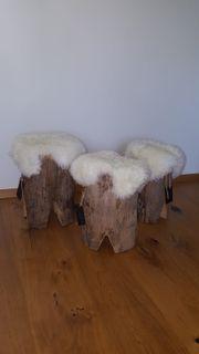 schöne Holzhocker mit Lammfell überzogen