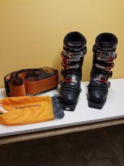 Diverse Ski Schuhe Stöcke Felle