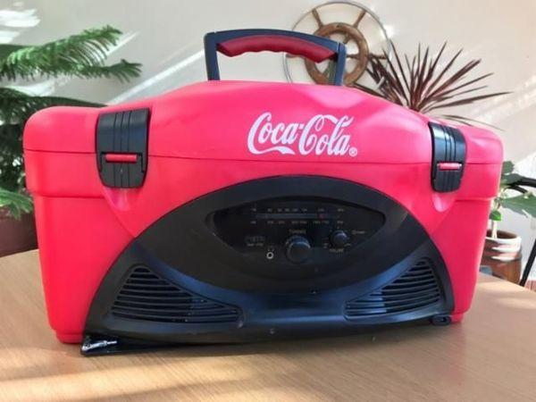 Coca Cola Rock Cooler Kühlbox groß mit integriertem Radio - Allmersbach Heutensbach - Coca Cola Rock Cooler Kühlbox groß mit integriertem Radio.Mit Antenne ,Netzteil ,und Tragegurt.Hat auch einen Tragegriff .Nie benutzt alles Tip Top. Coca Cola rot mit schwarz es passen auch 1,5 Liter Flaschen reinFunktioniert e - Allmersbach Heutensbach