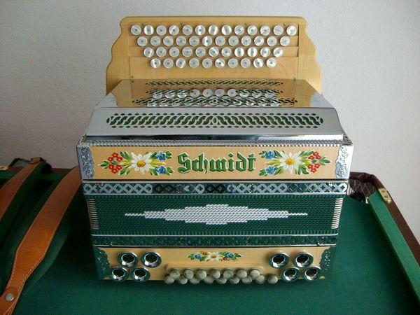 neuwertige steirische schmidt harmonika im koffer in. Black Bedroom Furniture Sets. Home Design Ideas