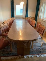 Eichenstühle und zugehöriger langer Tisch