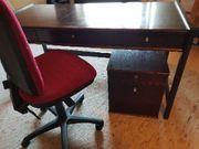 Schreibtisch mit Kästchen und Stuhl