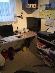 Schreibtisch mit Drehsessel