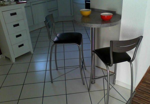 stylischer Küchentisch, Bar-Tisch und zwei Barhocker in Schmitten ...